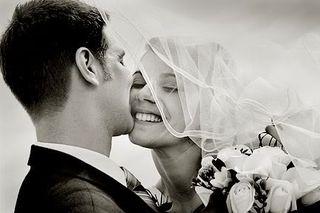 Couple_bw_kissing_close1
